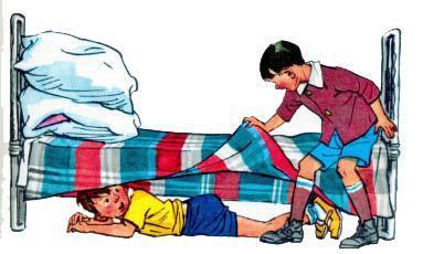Витя и Славик играют в Прятки под кроватью