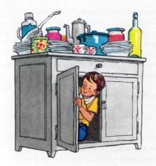 Прятки в кухонном шкафу