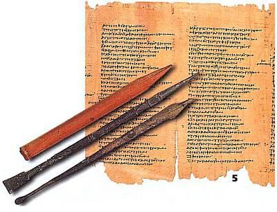На папирусе писали черной и красной красками, а перьями служили тростниковые или бронзовые палочки.