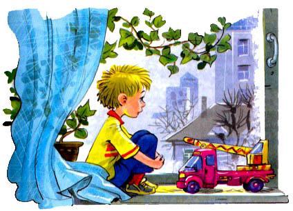 мальчик Дениска сидит на подоконнике смотрит в окно