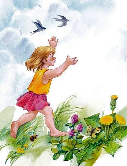 девочка бежит босиком по траве